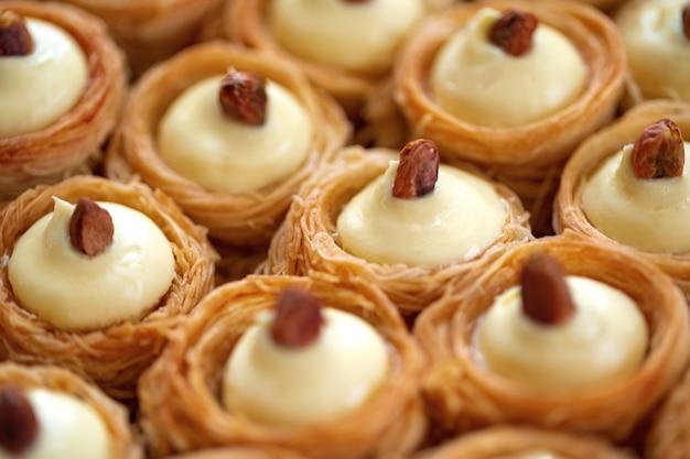 Turecki deser baklawy z miodem z bliska