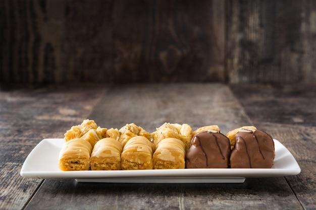 Turecki deserowy baklava na drewnianym stole