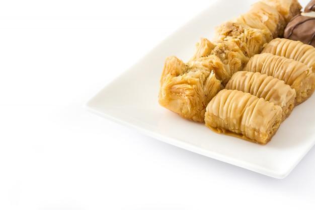 Turecki deserowy baklava odizolowywający na biel kopii przestrzeni