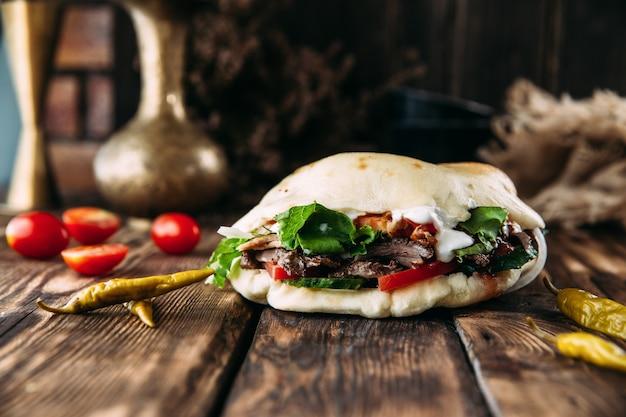 Turecki doner w chlebie pita z marynowanym mięsem