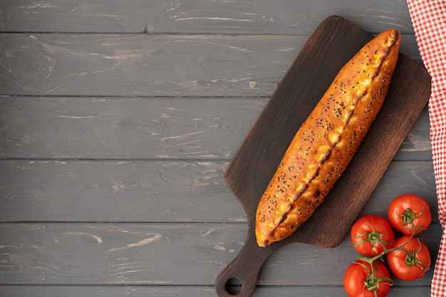 Turecki faszerowany pide płaski na szarym drewnianym stole