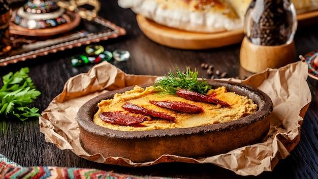 Turecki hummus z kiełbasą salami.