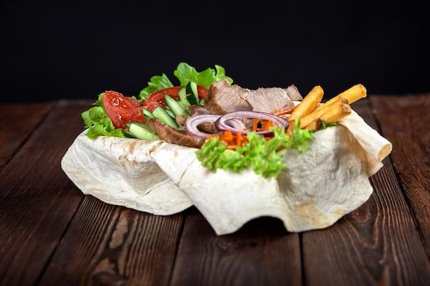 Turecki i arabski tradycyjny ramadan wymieszać talerz kebab. k.