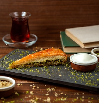 Turecki kadaif z czarną herbatą na stole