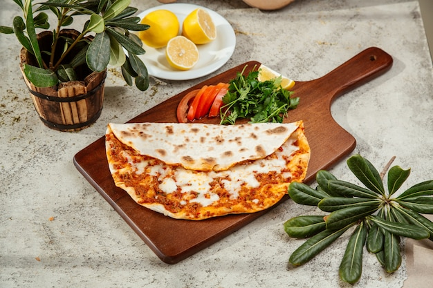 Turecki lahmajun do pizzy z serem podawany z pietruszką i cytryną