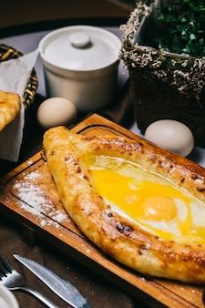 Turecki pide chleb z jajkiem sadzonym.