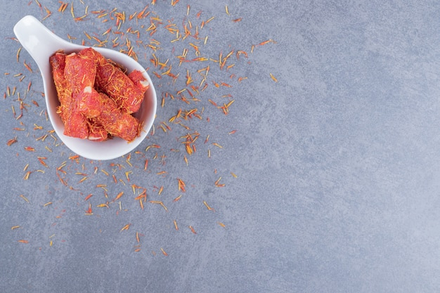 Turecki radość rahat lokum w misce na szarym tle.