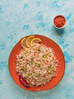 Turecki ryżowy pilaw z orzo w talerzu. widok z góry.