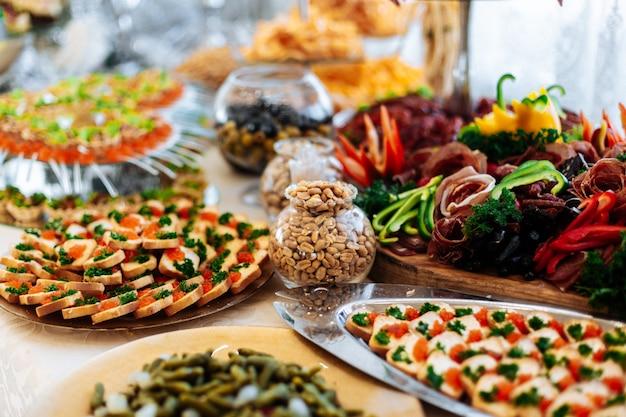 Turecki wieczorny stół z henną, bufet z owocami, zimne przekąski, mięso i sałatki