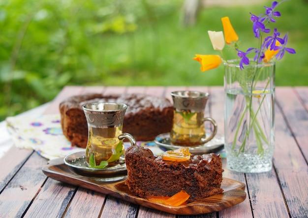 Tureckie ciasto czekoladowe z kandyzowanymi skórkami cytryny i filiżankami miętowej herbaty