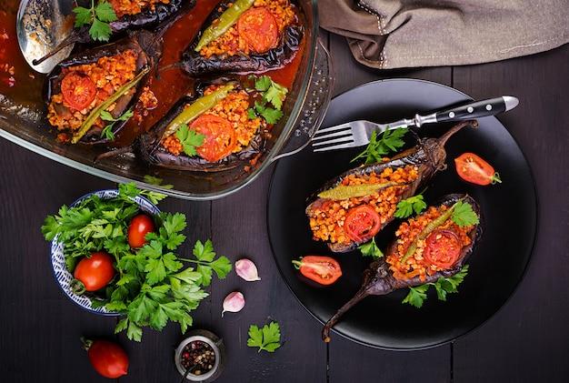Tureckie faszerowane bakłażany z mieloną wołowiną i warzywami zapiekane z sosem pomidorowym