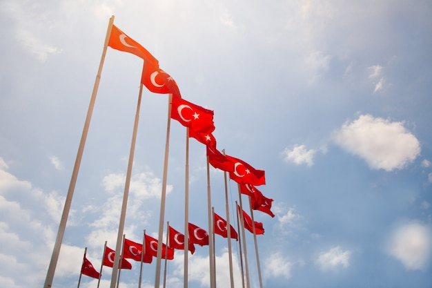 Tureckie flagi z niebieskim niebem. koncepcja tureckiego patriotyzmu. koncepcja symboli tureckich.