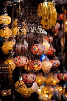 Tureckie lampy dekoracyjne na sprzedaż na krytym bazarze w stambule w turcji