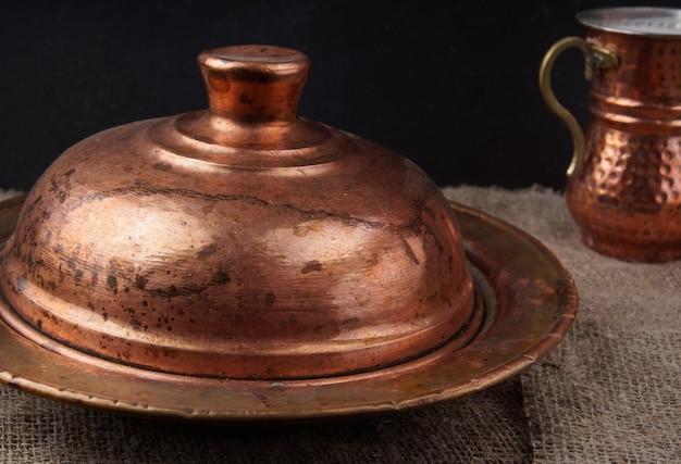 Tureckie narodowe miedziane naczynia do serwowania potraw i napojów