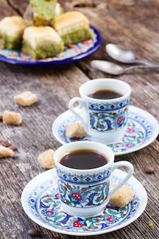 Tureckie przysmaki. czarna kawa ze słodyczami