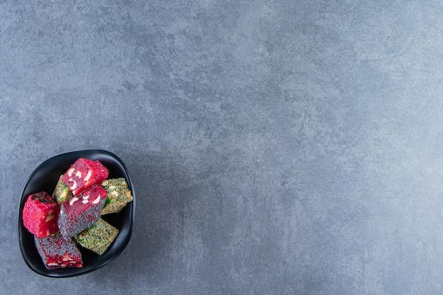 Tureckie przysmaki na misce, na marmurowym tle