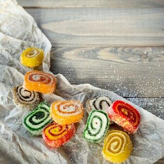Tureckie słodycze, cukierki, na drewnie