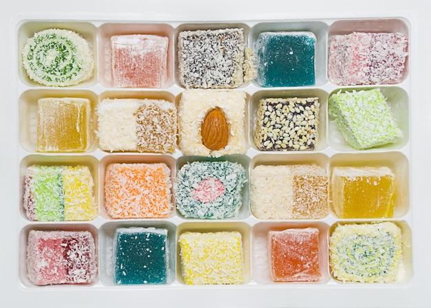 Tureckie słodycze, cukierki w pudełku na białym tle, na białym tle
