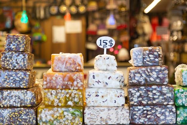 Tureckie słodycze zachwycają i inni w oknie wystawowym