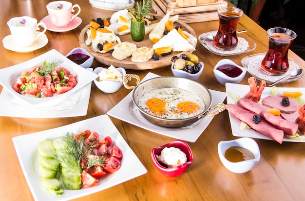 Tureckie śniadanie - jajko sadzone, chleb, ser, sałatka i herbata - zdjęcie
