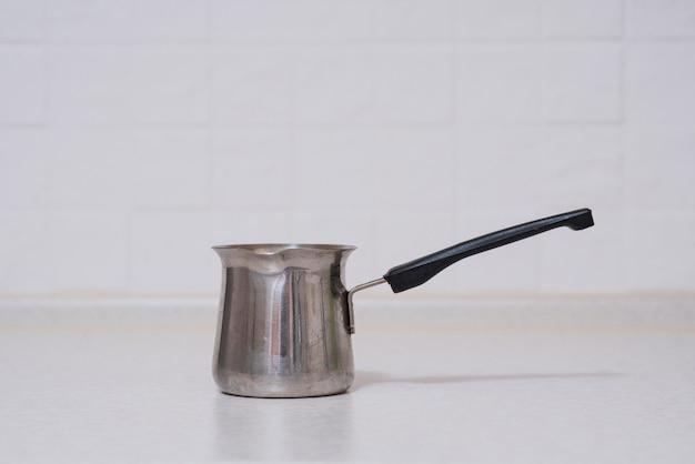 Turek kawy na stole w kuchni.