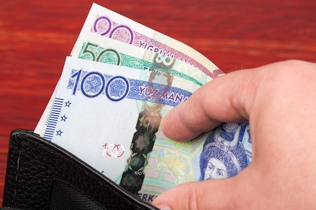 Turkmeński manat pieniędzy w portfelu