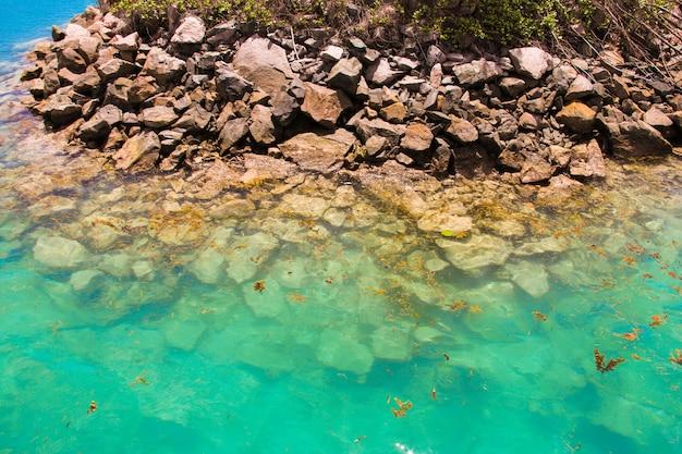 Turkusowa egzotyczna laguna z dużymi kamieniami na seszelach
