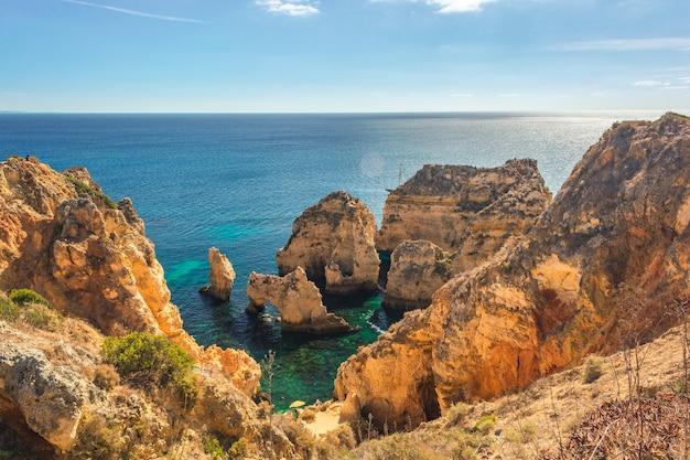 Turkusowa morze zatoka wśród skał i falez przy ponta da piedade blisko lagos, algarve region, portugalia
