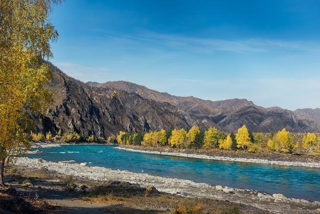 Turkusowa rzeka na tle skał