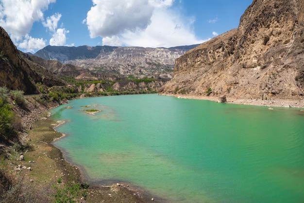 Turkusowa woda górskiej rzeki. avarsky koysu z fantastycznym zbiornikiem wodnym. dagestan, kaukaz, rosja. świat piękna.