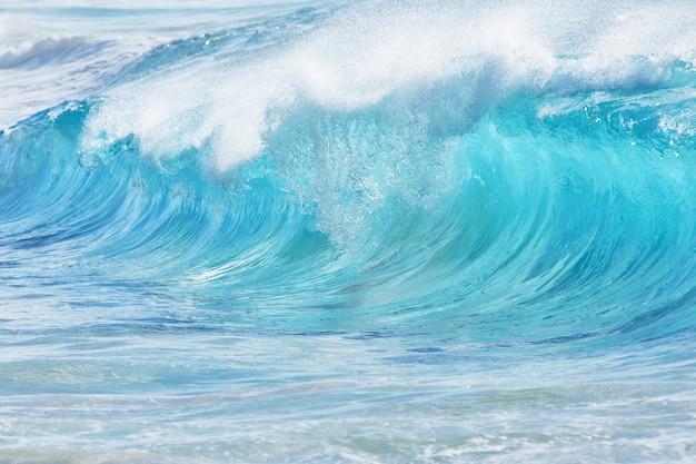 Turkusowe fale na piaszczystej plaży na hawajach