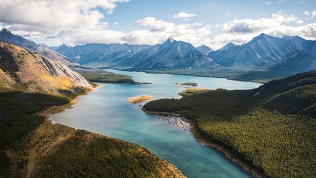 Turkusowe jezioro w kanadyjskich górach skalistych w prowincjonalnym parku assiniboine