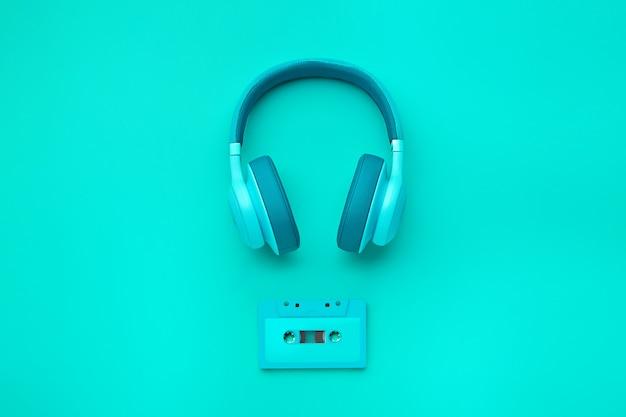 Turkusowe słuchawki z kasetą audio