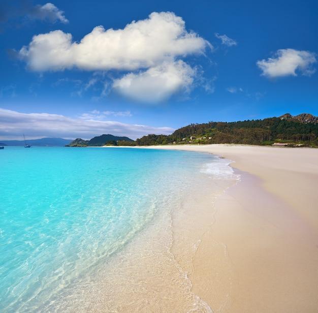 Turkusowe wyspy islas cies na plaży w pobliżu vigo galicia