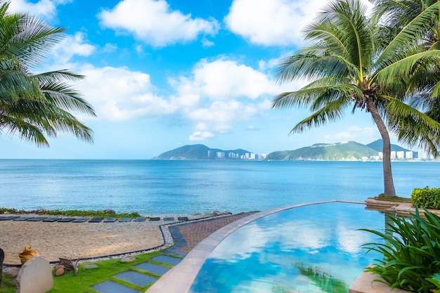 Turkusowy basen nad morzem. piękny krajobraz, błękitne morze i niebo z białymi chmurami