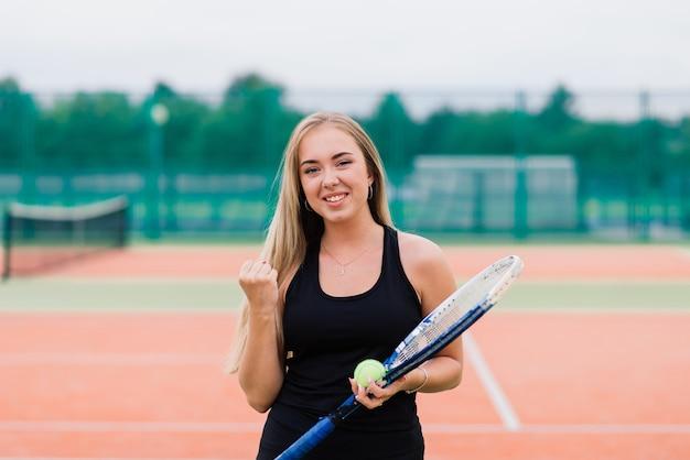 Turniej tenisowy. kobieta gracz na glinianym korcie tenisowym