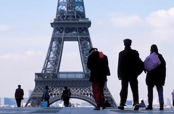 Turyści odwiedzają wieżę eifla w Paryż, Francja