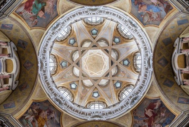 Turyn, włochy - około maja 2021: antyczne barokowe wnętrze z zabytkową dekoracją. królewski kościół san lorenzo (św. wawrzyńca).