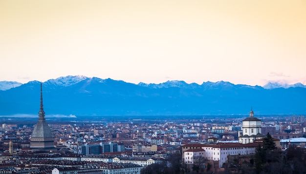 Turyn, włochy - około sierpień 2020: panoramiczny widok z panoramą o zachodzie słońca. wspaniałe alpy w tle.