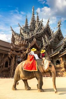 Turyści jeżdżą na słoniach po sanktuarium prawdy w pattaya w tajlandii