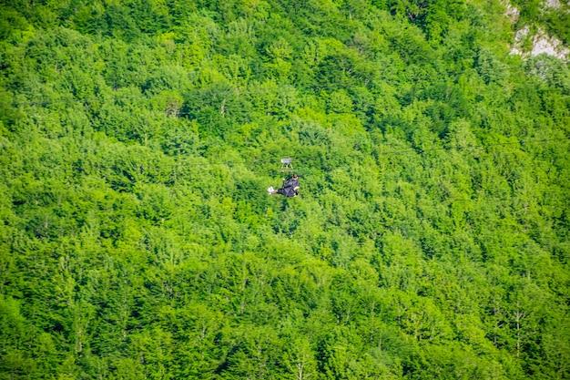 Turyści jeżdżą zipline przez kanion rzeki tara.