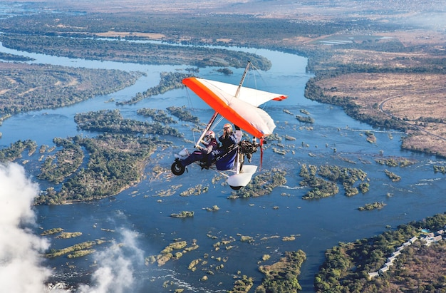 Turyści latają nad wodospadami wiktorii na trójkołowcach. afryka. zambia. wodospady wiktorii.