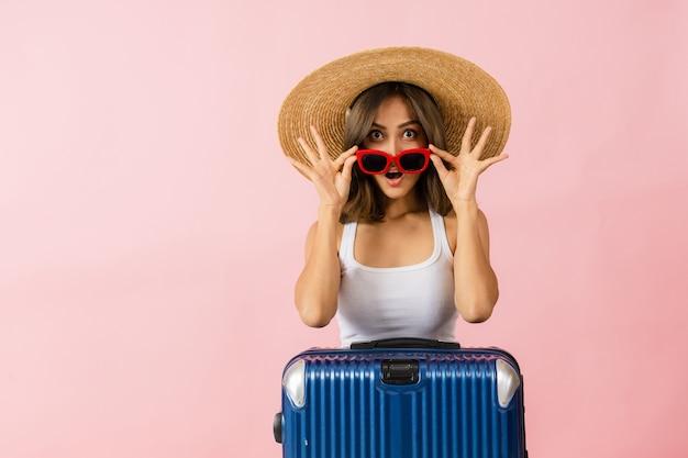 Turyści młodych azjatyckich kobiet w słomianych kapeluszach z szerokim rondem i czerwonych okularach przeciwsłonecznych