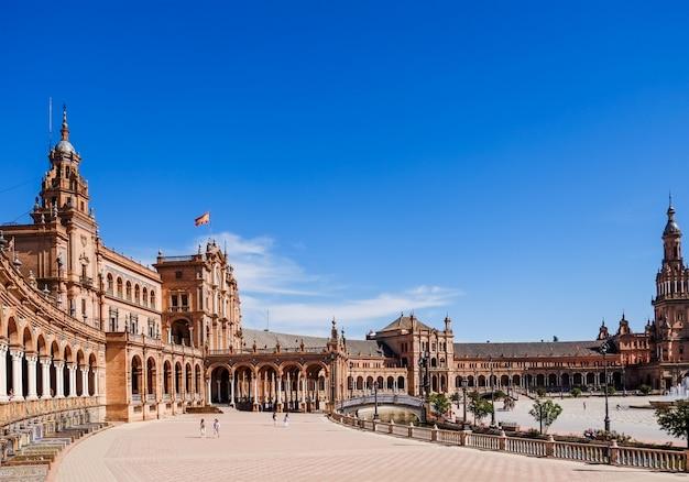 Turyści mogą zwiedzać plaza de españa. sewilla, hiszpania.