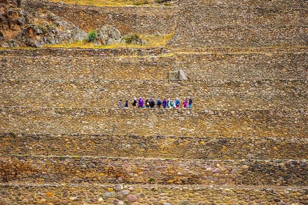 Turyści na kamiennych murach baszty ollantaytambo