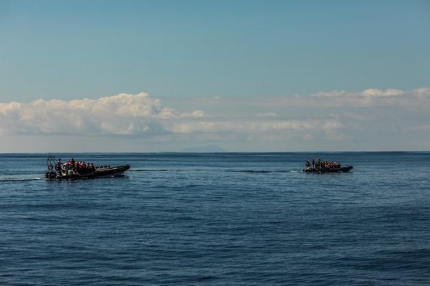 Turyści na łodzi obserwującej wieloryby