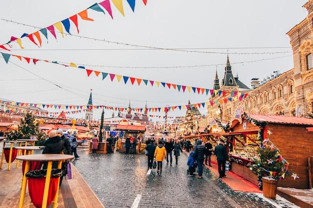 Turyści na placu czerwonym w moskwie w przeddzień nowego roku