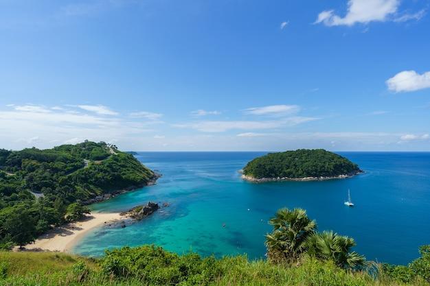 Turyści na plaży ya nui na południu wyspy phuket w tajlandii. tropikalny raj w tajlandii.