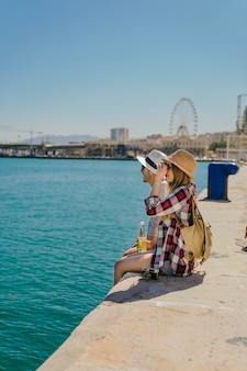 Turyści na wybrzeżu