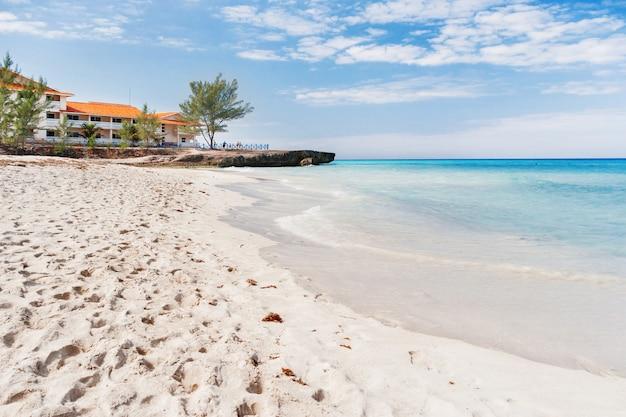 Turyści odpoczywają na piaszczystej plaży varadero.